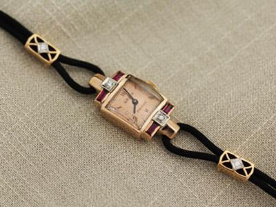 装飾用の金具を付けた婦人物時計