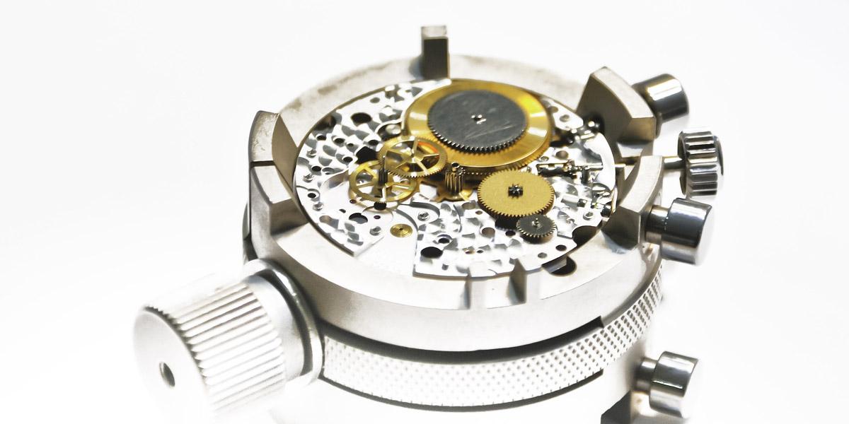 時計の機械とムーブメントホルダー