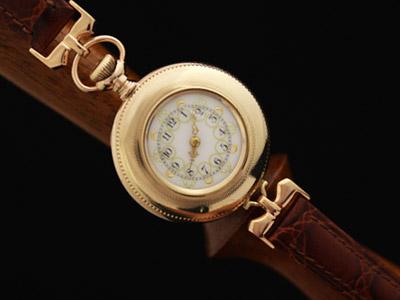 懐中時計を腕時計に仕立て直した時計のバンドの金具