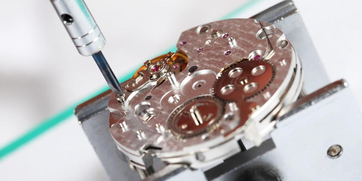 時計の機械とドライバー